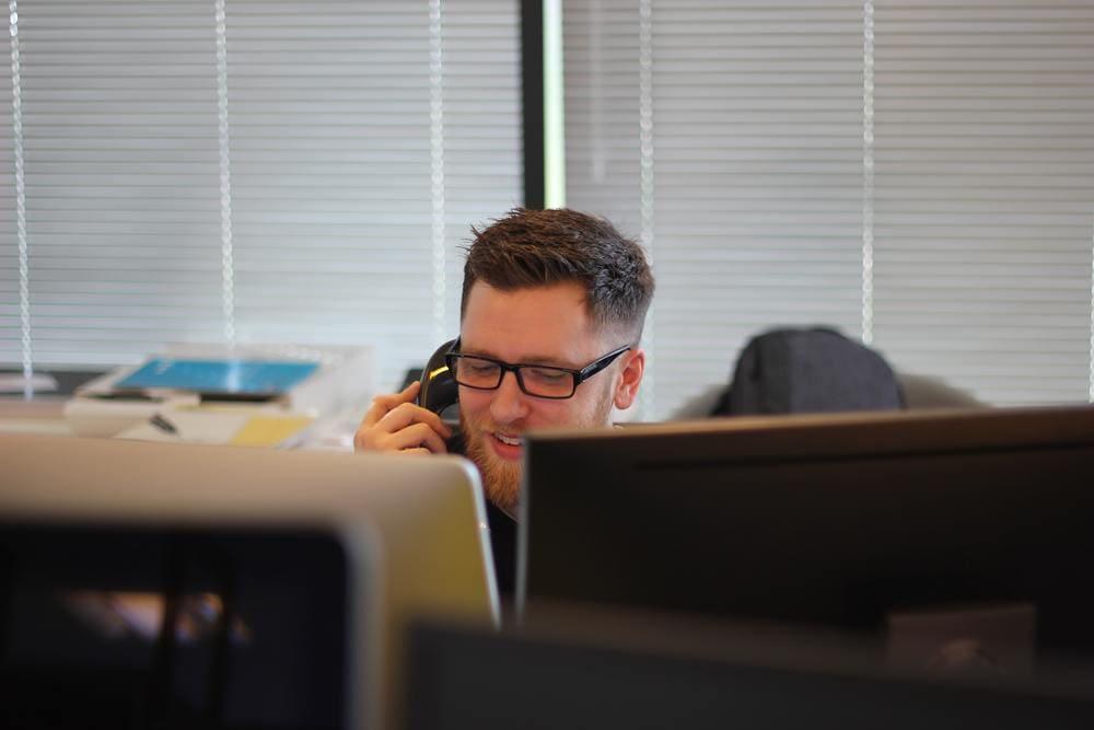 Ein Mann mit Headset in einem Callcenter