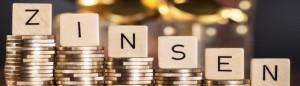 Stapel mit Münzen und dem Wort Zinsen.