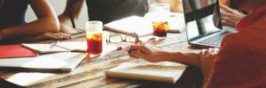 Meeting am Tisch mit Notizblock