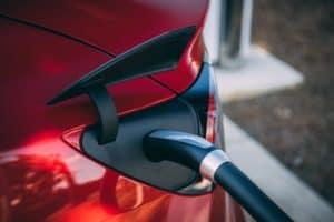 rotes elektroauto wird geladen