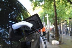 Ein Elektroauto wird an einer öffentlichen Ladestation aufgeladen