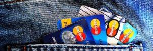 Mehrere Kreditkarten in Hosentasche