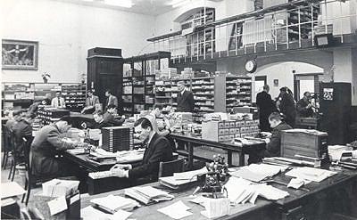 Historische Aufnahme zur Bearbeitung von Kundenanträgen bei der heutigen ING in den 1960er Jahren.