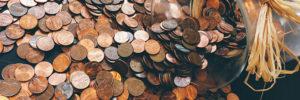Geldmünzen auf dem Tisch verteilt