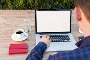 Arbeit am laptop mit Tasse Kaffee