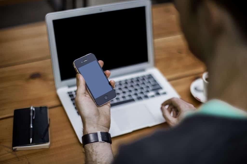 Handy und Laptop als wichtige Arbeitsmittel für Selbständige im Home Office.