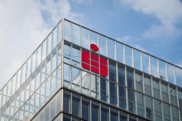 Logo an Sparkassengebäude