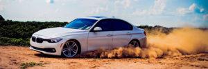 BMW driftet auf sandigem Grund