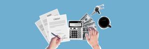 Person hält Stift, Taschenrechner und Kreditvertrag