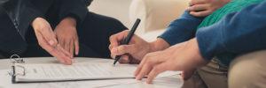 Vertragsunterzeichnung am Tisch
