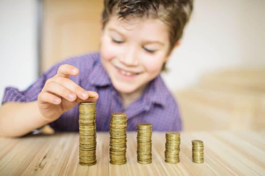kind-zaehlt-taschengeld